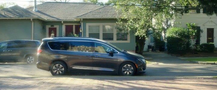 2017 Chrysler Pacifica RU, Bad Moms